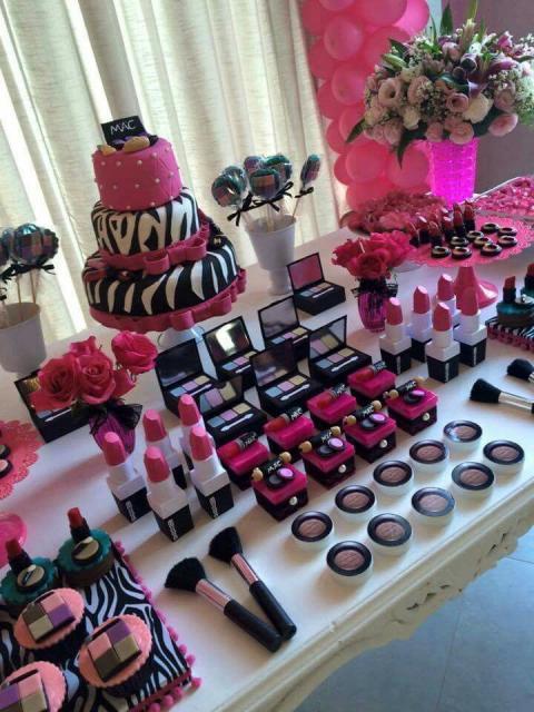 """Mesa com detalhes de estampa """"zebra"""" e cor de rosa."""