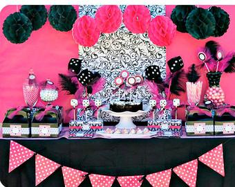 Mesa com itens decorativos nas cores: preto e rosa.