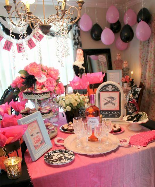 Mesa com flores e taças de cristal.