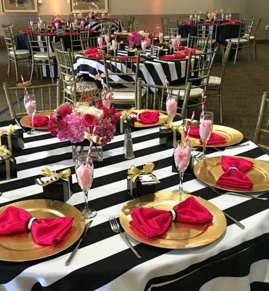 Toalhas de mesa listradas e guardanapos rosa.