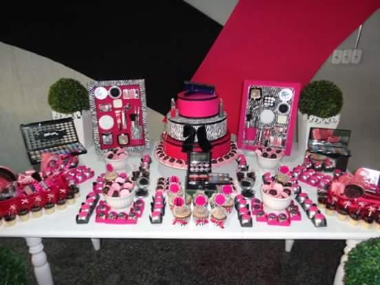 Mesa decorada com detalhes em preto, rosa e branco.