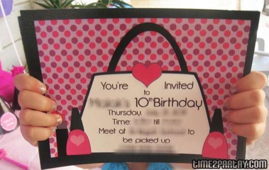 Convite com desenho de bolsa.