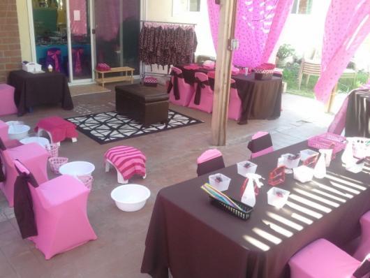 Decoração de festa em marrom e rosa claro.