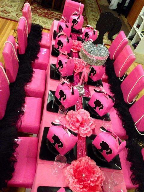 Mesa cor de rosa com detalhes em preto.