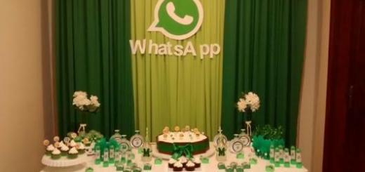 Festa decorada com cortina em verde claro e escuro.