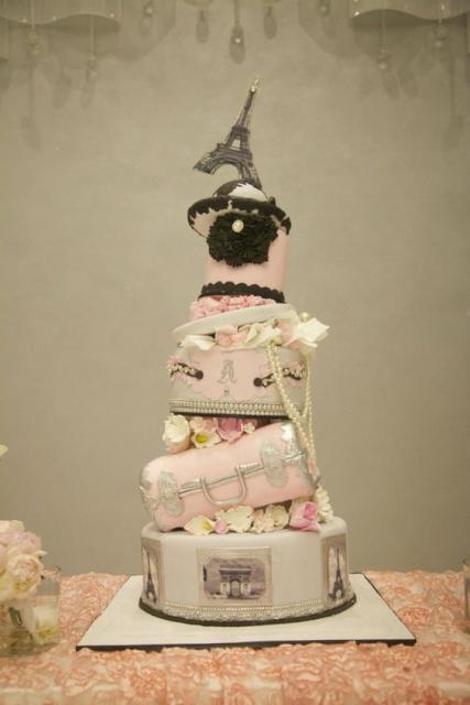 bolo paris com cada camada empilhada uma na outra