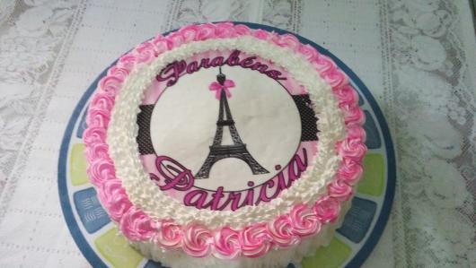 bolo Paris com papel de arroz e chantilly ao redor