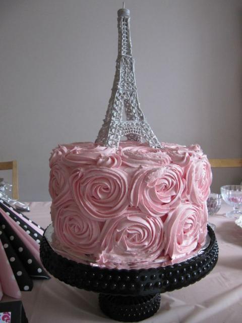 bolo com glacê rosa e Torre Eiffel no topo