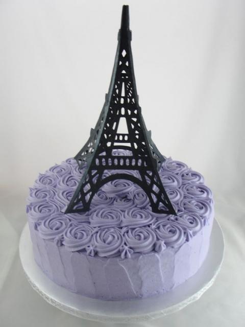 bolo de glacê lilás com Torre Eiffel no topo