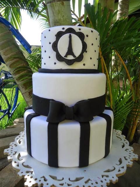 bolo paris fake preto e branco com três andares