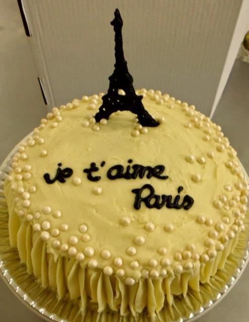 bolo Paris com pérolas e torre eiffel preta no topo