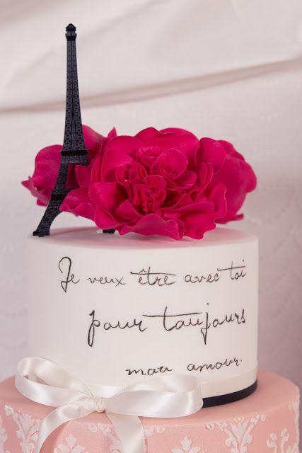 bolo paris com frase em francês e torre eiffel e flor rosa no topo