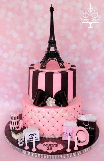 bolo Paris em rosa e preto decorado com grifes francesas