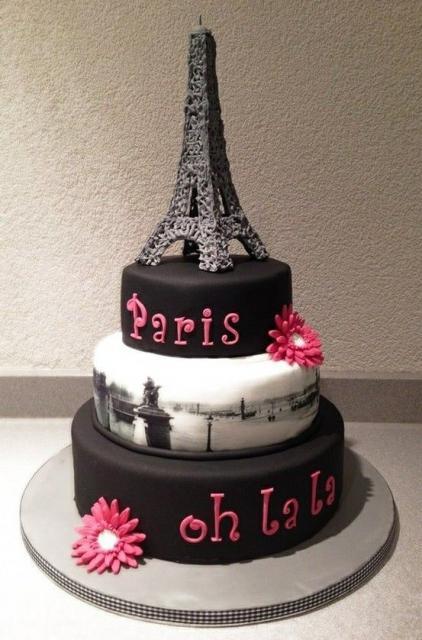 bolo Paris preto com camada branca com desenho de Paris