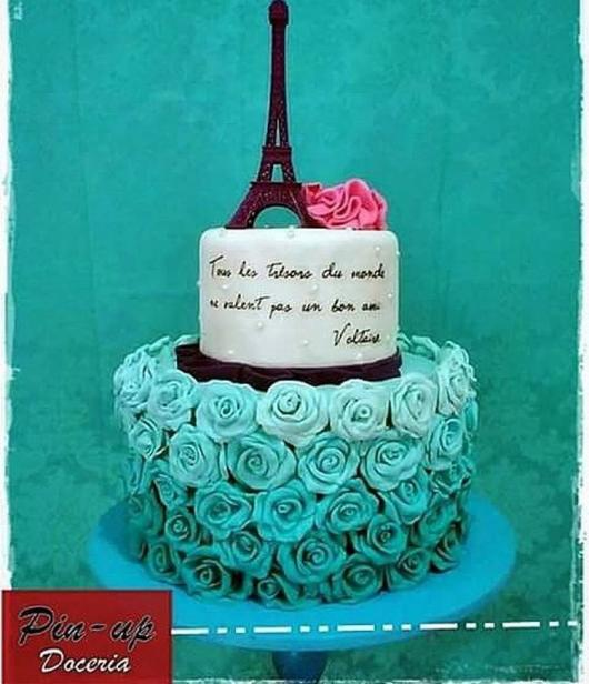bolo Paris com flores em degradê de tons de azul