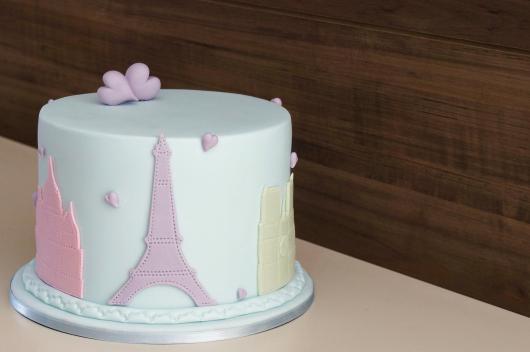 bolo Paris com pontos turísticos ao redor