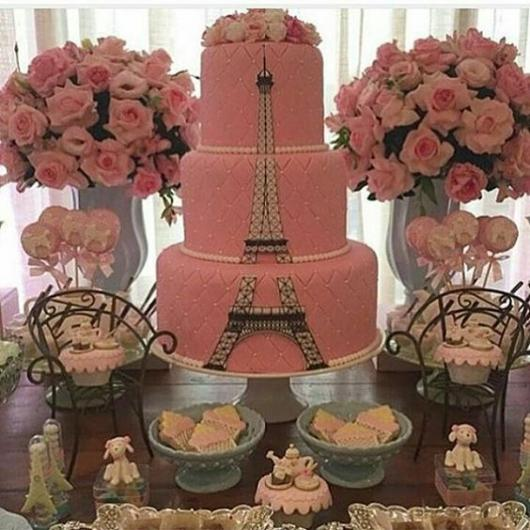 bolo paris de três andares com torre eiffel ao longo de cada andar