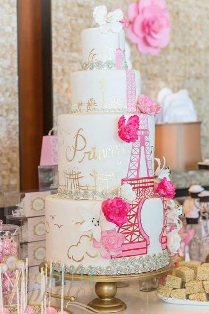 bolo paris de 4 andares com torre eiffel em rosa e detalhes em dourado