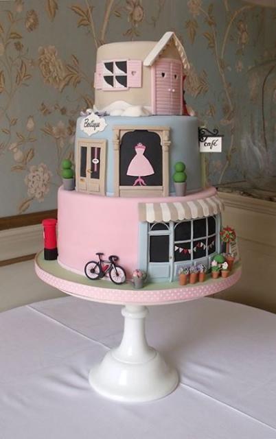 bolo paris com três andares decorado com comércios franceses