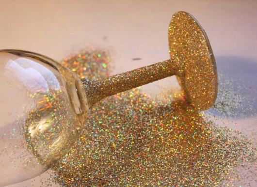 taças com haste pintada de glitter dourado