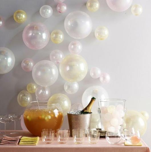 balões transparentes em mesa de ano novo