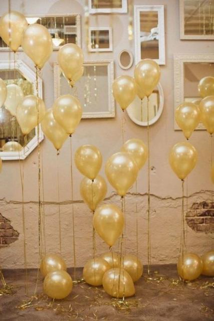 balões com diferentes tamanhos sobre parede com espelhos
