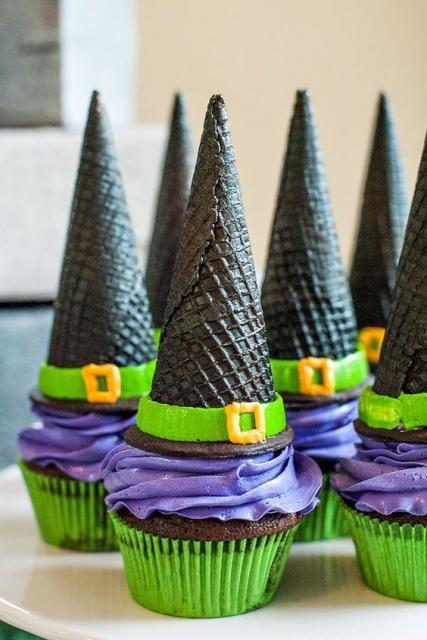 Cupcake com cobertura roxa e casquinha de sorvete imitando um chapéu de bruxa.