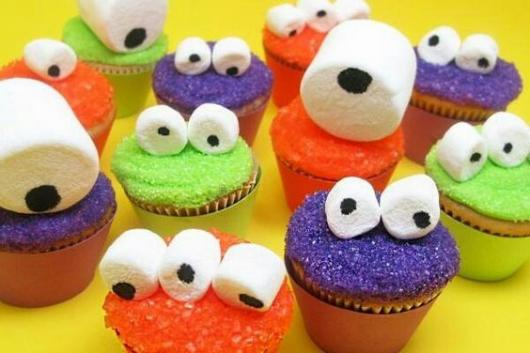 Cupcakes de monstros com um, dois ou três olhos.