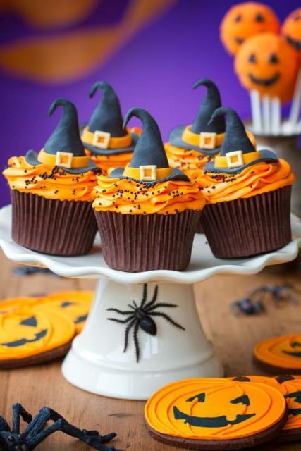 Cupcakes com chapéu de bruxa.