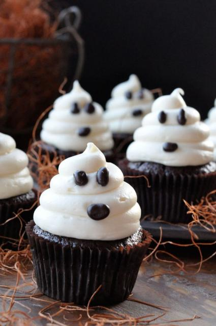 Cupcake com cobertura imitando um fantasma.