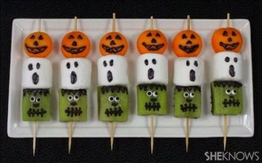 Espetinho com kiwi, marshmallow e docinho laranja para Halloween.