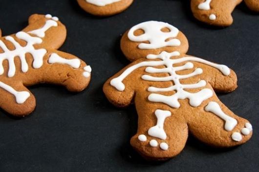Biscoito com formato de boneco e ossos desenhados em cima.