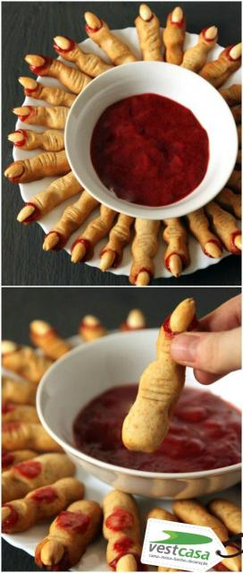 Biscoito em formato de dedo servido com geleia vermelha.