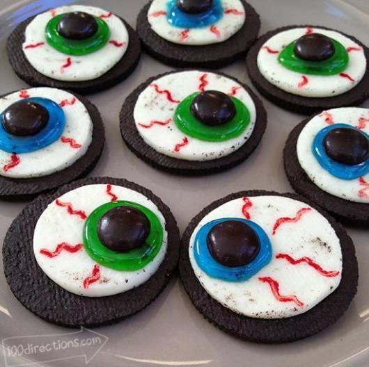Biscoitos com desenho de olhos em cima.
