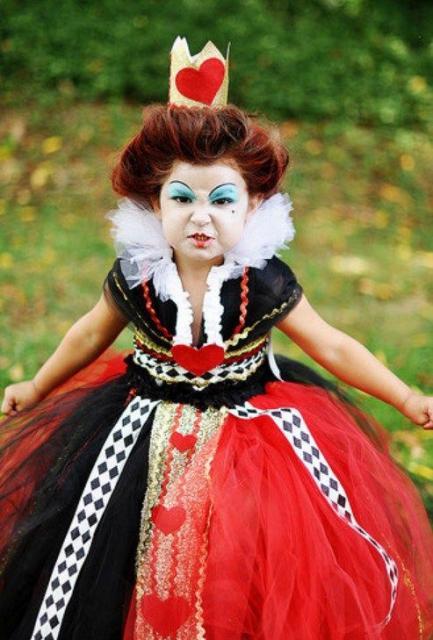 menina com maquiagem marcante e fantasia de Rainha de Copas