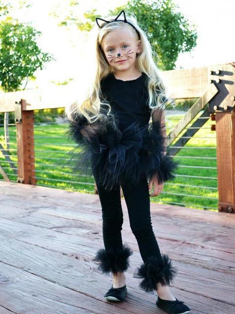 menina com blusa e legging preto e maquiagem de gatinho
