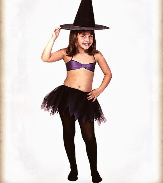 menina com top, tutu e chapéu de bruxa