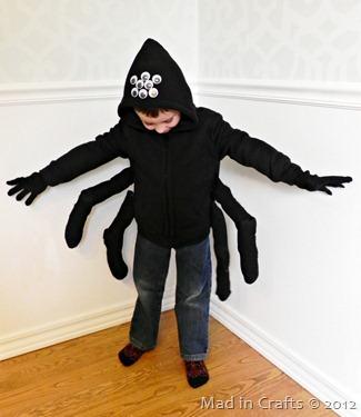 fantasia improvisada infantil de menino como aranha