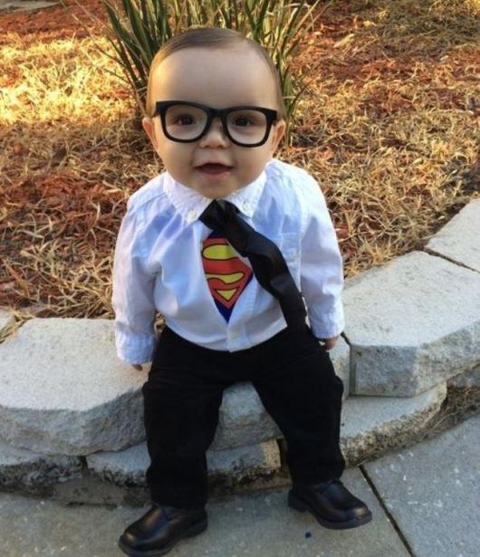 fantasia de improvisada para menino de Clark Kent disfarçado