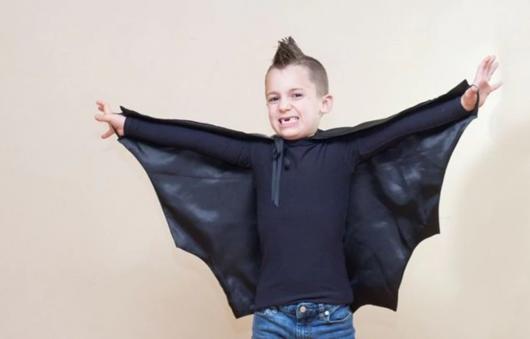 fantasia de Halloween infantil improvisada de morcego