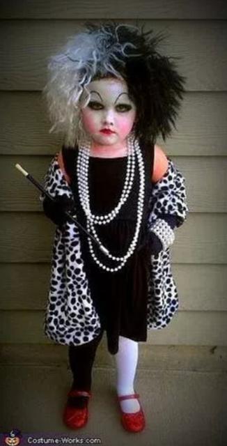 fantasia de Halloween infantil improvisada de Cruella de Vil
