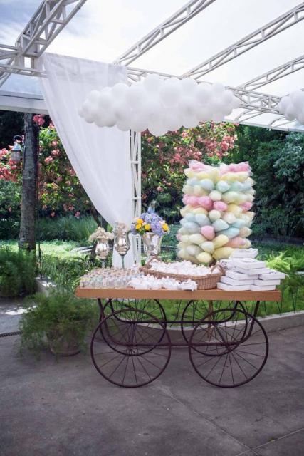Carrinho com doces e algodão-doce na área externa.