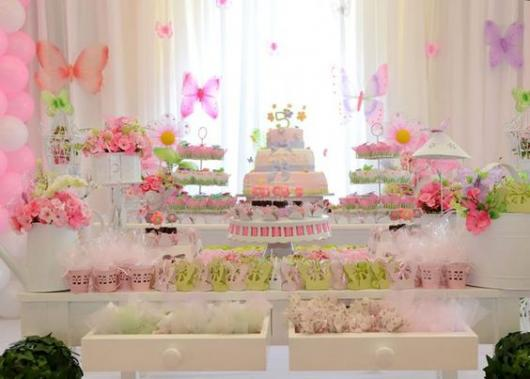 Mesa do bolo com gavetas e cortina no fundo.