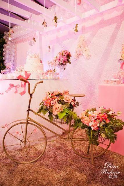 Bicicleta aproveitada na decoração.