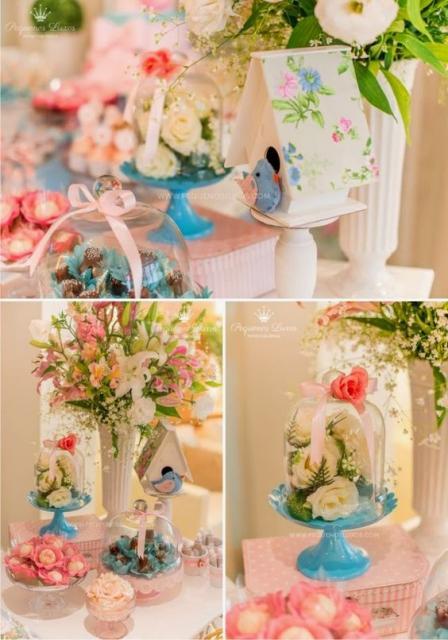 Decoração com vasos e rosas dentro de vidros.