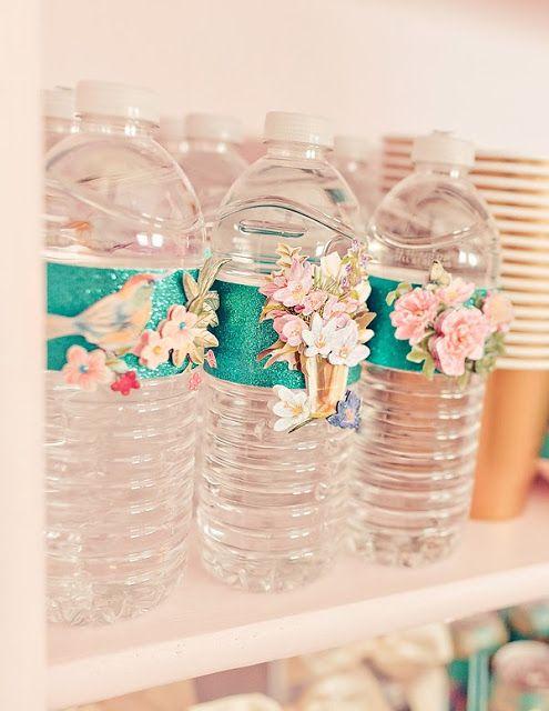 Garrafa de água com embalagem verde com flores.