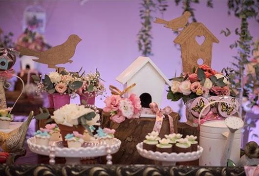 Passarinhos e casinhas de passarinho compondo a decoração.
