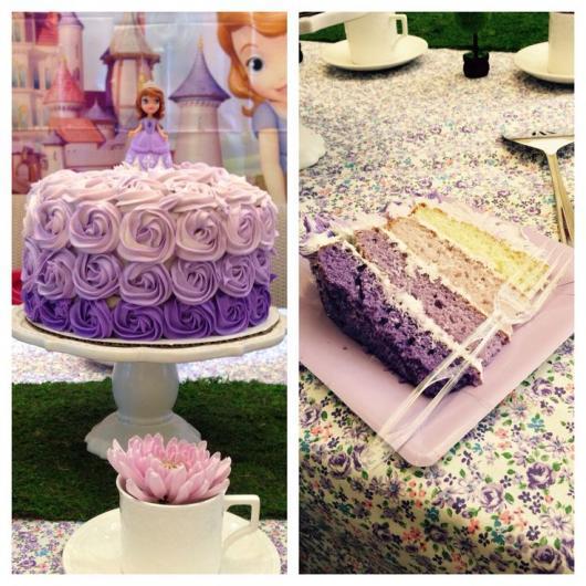 Imagem da esquerda: bolo decorado com glacê em forma de rosas em diversos tons de roxo. Imagem da direita: camadas de massa de bolo coloridas em tons de roxo.