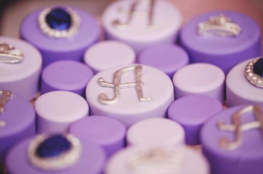 bolos individuais com monograma da aniversariante ou imitando jóias nas cores de festa Princesa Sofia