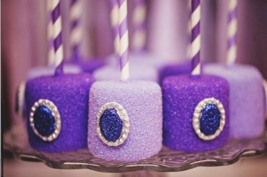 Bolos de palito em roxo e lilás, imitando jóias.